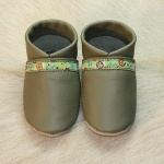 Krabbelschuhe in khaki-love-and-peace